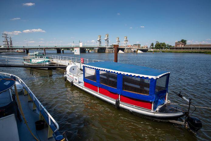 De bovenstroomse rondvaartboten blijven het komende seizoen stil liggen. Kamper Schuitje is te koop, Havana gaat niks doen. Twee werkeloze scheepjes dus.