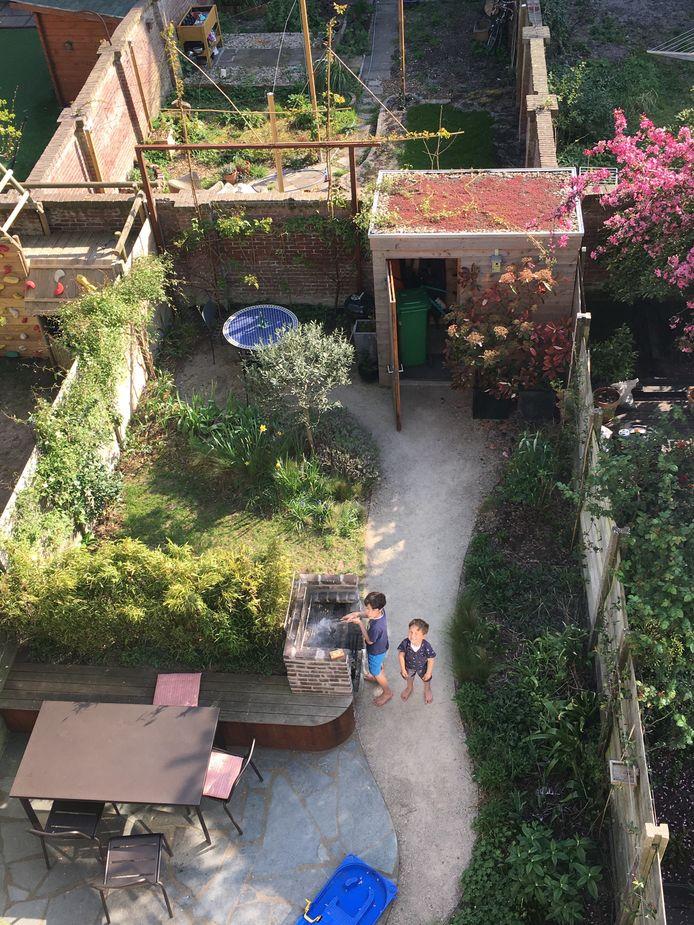 Zoons Alexander en Floris in de tuin. Dochter Eveline ontbreekt op de foto.