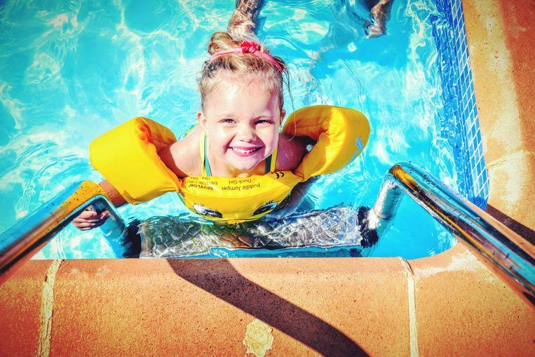 Collette (3) ontdekte deze zomer het zwembad.