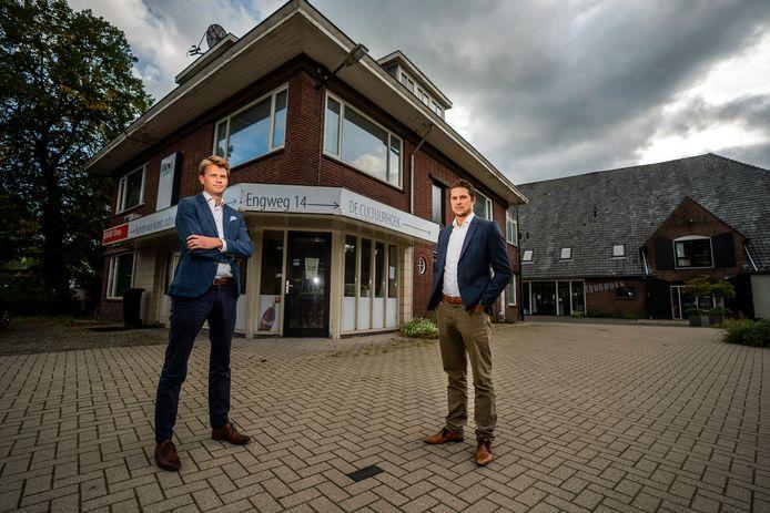 Wander de Vries (l) en Melvin Prince gaan bouwen op het zogenoemde Hoekterrein in het centrum van Driebergen. Onder andere in het gebouw links komen vijf appartementen. Op de achtergrond cultureel centrum de Cultuurhoek.