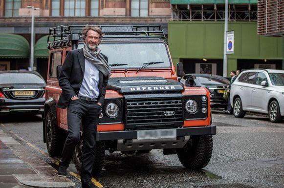 Sir Jim Ratcliffe, Brexit-voorstander en een van de rijkste Britten,  bij zijn grote voorbeeld: de Land Rover Defender.