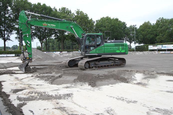 Werkzaamheden op het hoofdveld van Veldhovense voetbalclub RKVVO.