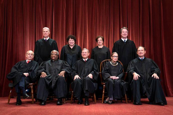 Archiefbeeld. De leden van het Amerikaanse Hooggerechtshof, met Ruth Bader Ginsburg op de voorste rij als tweede van links. (30/11/2018)