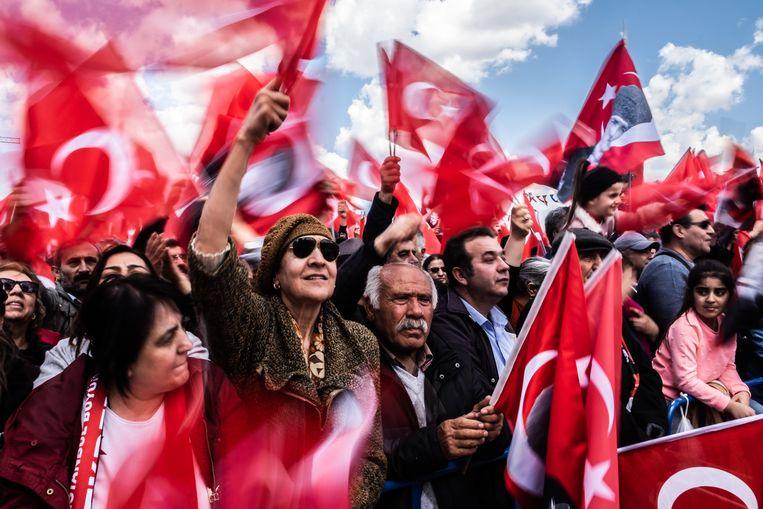 Aanhangers van de belangrijkste oppositiepartij CHP verzamelen zich zondag om het winnen van het burgemeesterschap van de stad Istanbul te vieren. Beeld Joris van Gennep