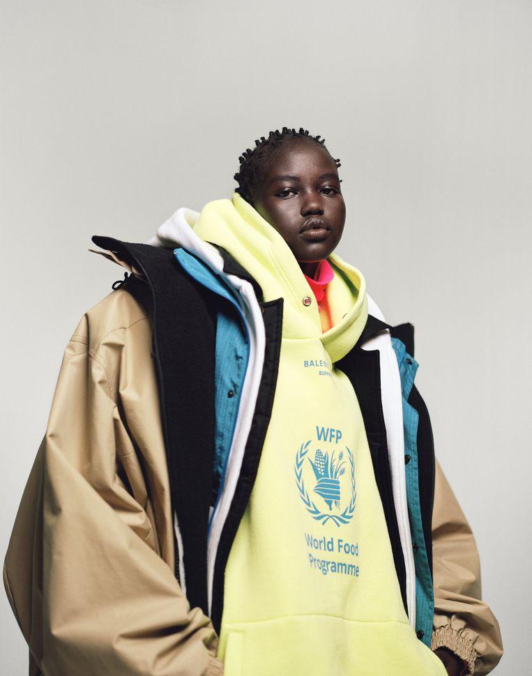Model Adut Akech in een hoodie van modehuis Balenciaga uit 2018.  Beeld Campbell Addy