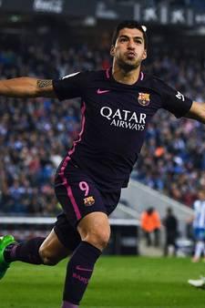 Suárez houdt Barça in het spoor van Real