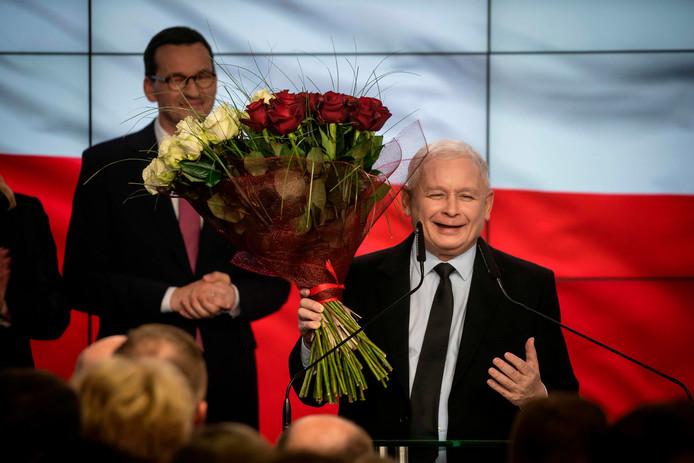 De leider van de Poolse partij Recht en Rechtvaardigheid (PiS), Jaroslaw Kaczynski, spreekt zijn aanhang toe na het bekend worden van de eerste exitpolls.