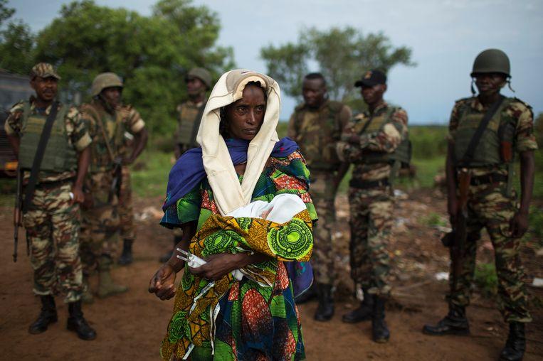 Een vrouw met een pasgeboren baby bij de grens met Tsjaad. Veel inwoners van CAR proberen naar het buitenland te vluchten. Beeld REUTERS