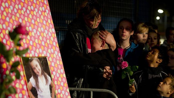Familieleden en belangstellenden lopen in oktober 2011 mee in een stille tocht ter nagedachtenis aan Jennefer van Oostende.