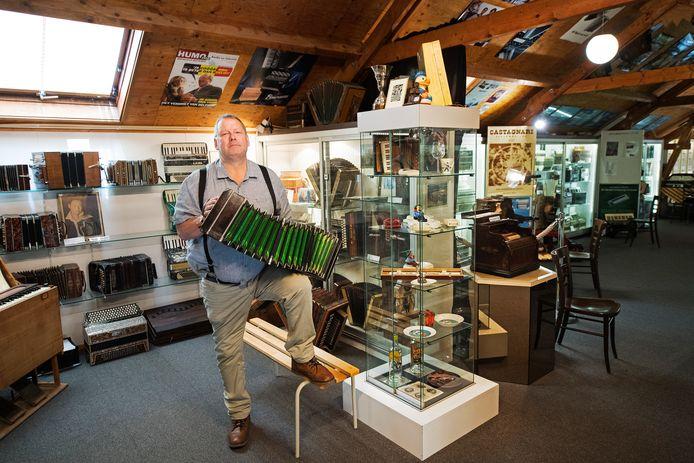 Henk Kuik met een bandoneon in het accordeonmuseum.