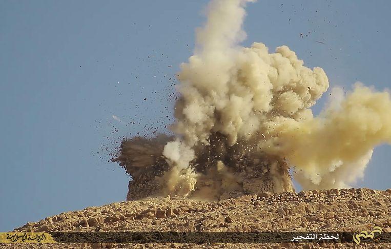Still uit een IS-video, waarin een mausoleum in Palmyra wordt opgeblazen. Beeld ap
