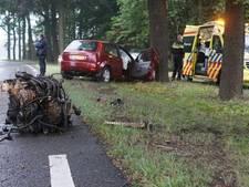 Bizar: heel motorblok uit auto geslingerd na botsing in Eibergen