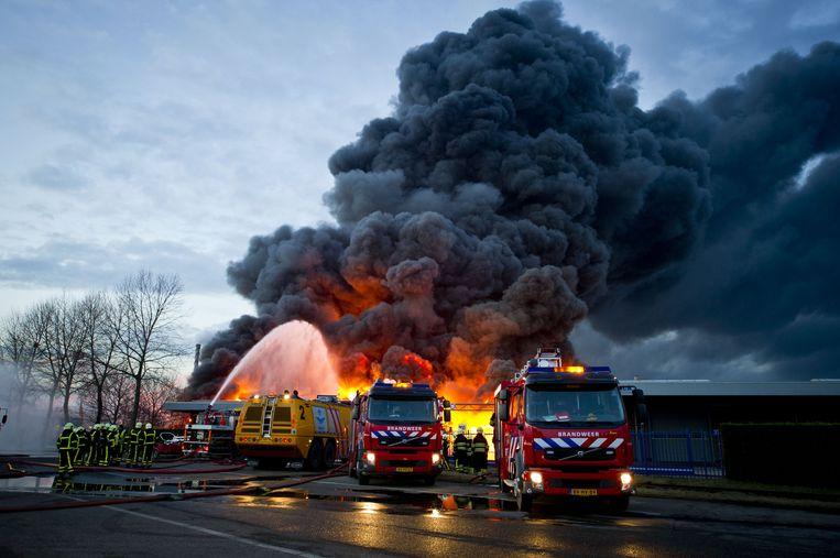 Brandweerlieden bestrijden de brand bij Chemie-Pack in Moerdijk in 2011. Beeld ANP