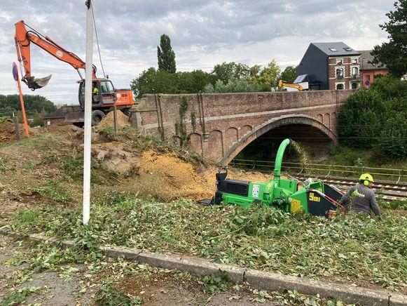 De werken aan de spoorwegbrug in de Tolstraat zijn gestart.