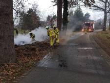 Brand in berg snoeiafval langs de weg zorgt voor veel rook in Heelweg