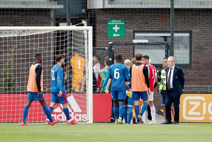 De spelers van Feyenoord onder-19 gaan naar binnen.