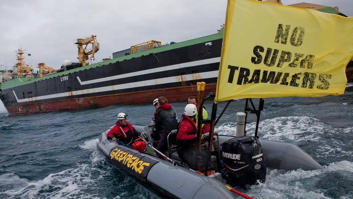 Actievoerders van milieuorganisatie Greenpeace blokkeren het uitvaren van de hektrawler Margiris. Archieffoto