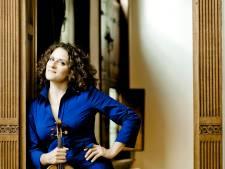 Violiste Liza Ferschtman is bewogen, boeiend en briljant in Muziekgebouw Eindhoven