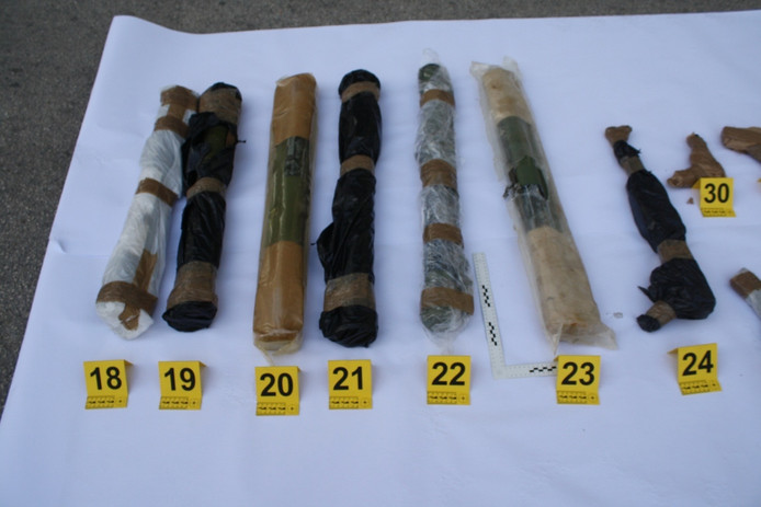 Enkele van de wapens die aangetroffen werden.