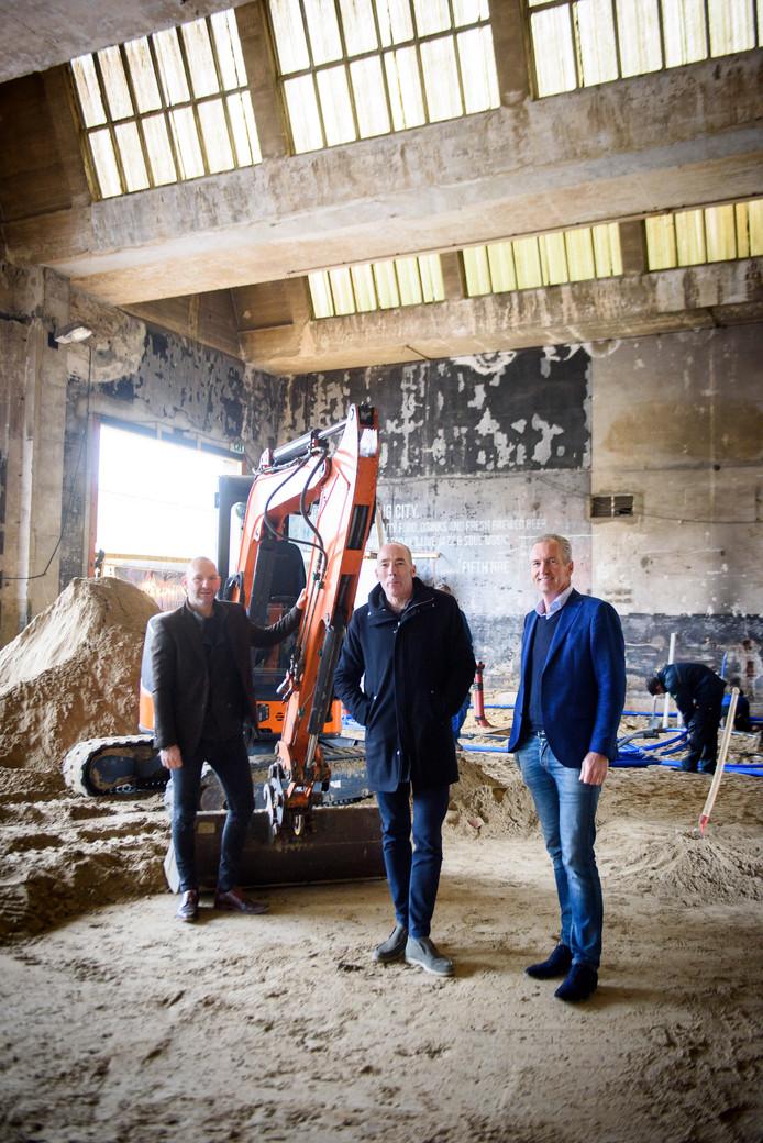 Bart van Bavel, Hein van Stiphout en Wim Louwers (vlnr) in gebouw 5 op het NRE-terrein. Dit moet het restaurant met podium voor livemuziek worden van Jazzclub Fifth|NRE dat zij met z'n drieën gaan runnen.
