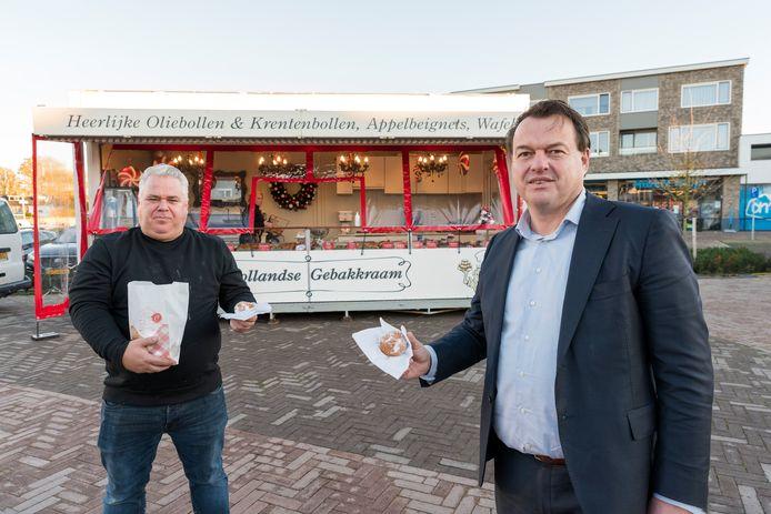 De Halsterse kermisondernemer Paul van de Zande (links) krijgt bij zijn olliebollenkraam bezoek van de Bergse wethouder Jeroen de Lange. Na een goed gesprek is alle tumult rond zijn frietkot verleden tijd.