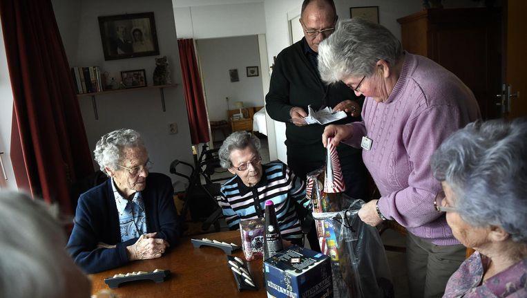 Directeur van het verzorgingstehuis laat oudere dames zien wat voor vuurwerk hij heeft gehaald Beeld Marcel van den Bergh