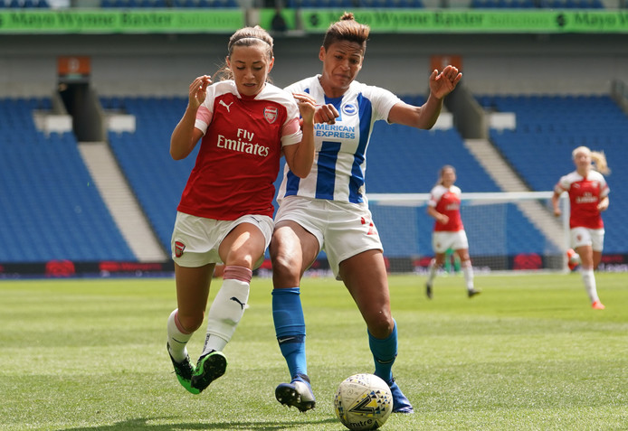 Katie McCabe van Arsenal in duel met Victoria Williams van Brighton & Hove Albion.