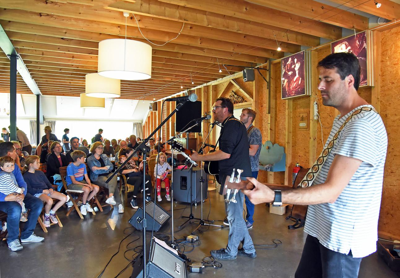 Op landgoed In de Morelleput bij Nieuwvliet werd voor het eerst een minifestival gehouden, met onder meer een optreden van de band Van Talud uit Groede.