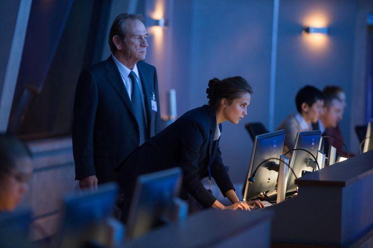 Tommy Lee Jones als CIA-directeur Robert Dewey en Alicia Vikander als Heather Lee. Beeld