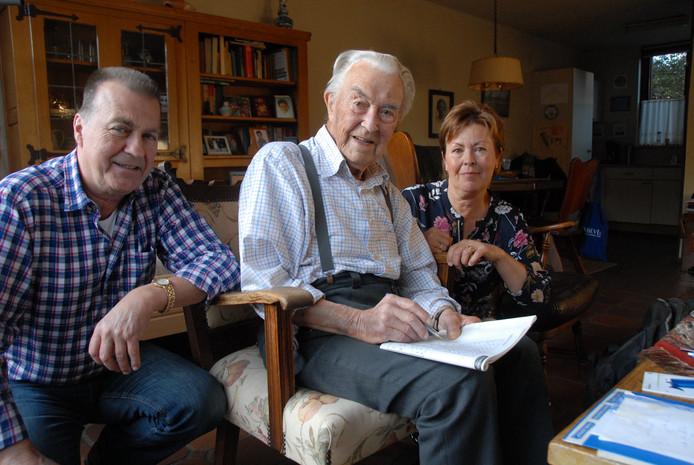 Toon Rooijmans te midden van zijn kinderen Ton (68) en Ingrid (63).