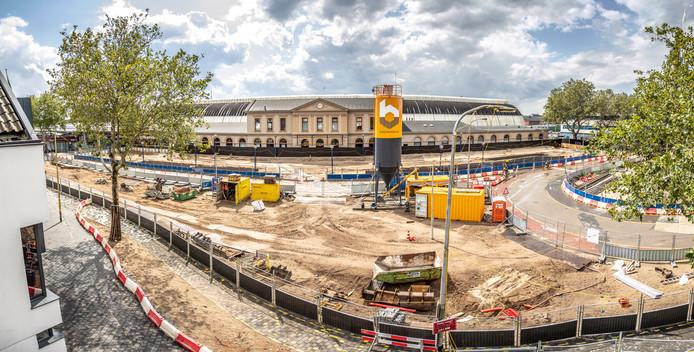 De toekomstige bouwkuip gezien vanaf de zijde van de Stationsweg. Op de achtergrond het stationsgebouw. Rechts de rotonde die nu nog deels in gebruik is. Straks kan dat niet meer en komt er voor auto's een tijdelijke brug over een hoek van de bouwkuip heen.