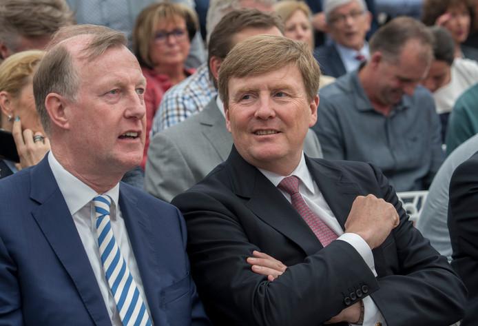 Koning Willem-Alexander in de grote feesttent naast directeur Tom van Wijk in Milsbeek.