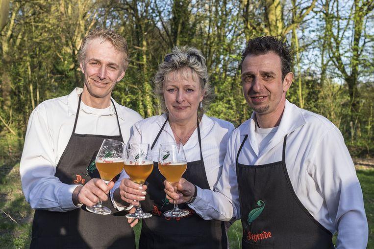 Eddy, Inge en Peter heffen het glas.