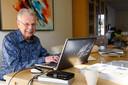 Hans Verhoeven achter zijn computer, de plek waar het monnikenwerk plaatsvond