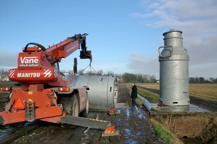De melkbussen worden terug op hun plek gezet langs de A58 bij Wouw.