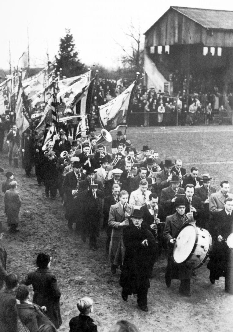 De fanfare speelt in het stadion, een beeld van voor de Tweede Wereldoorlog.