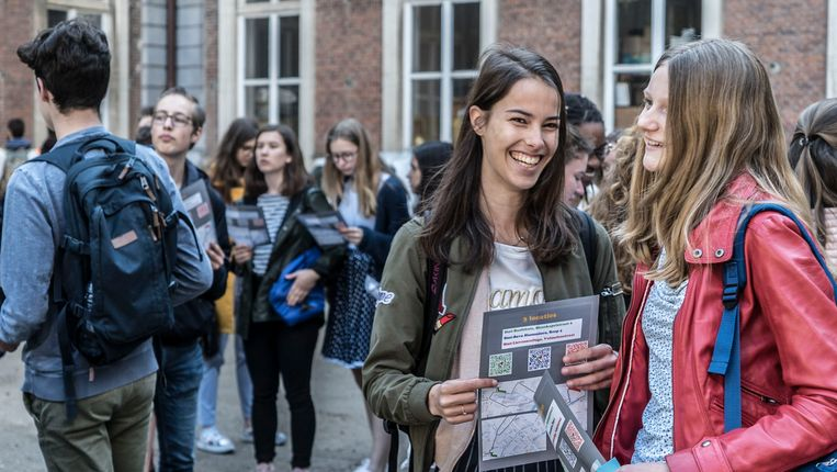 Meer dan duizend leerlingen manifesteren vandaag in Gent. Ze vrezen dat het van Grieks langzaam maar zeker zal verdwijnen.