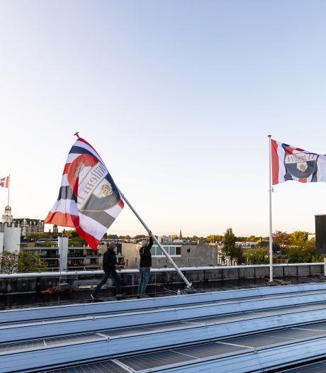 Het rood-wit-blauw wappert trots boven de stad, voor Willem II