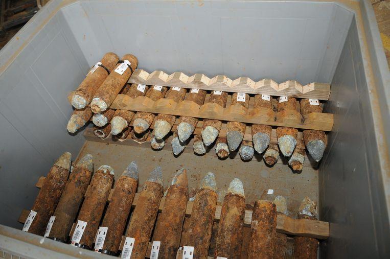 Granaten die klaarliggen voor ontmanteling.