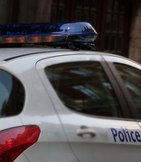 Une voiture de police incendiée près du commissariat dans les Marolles