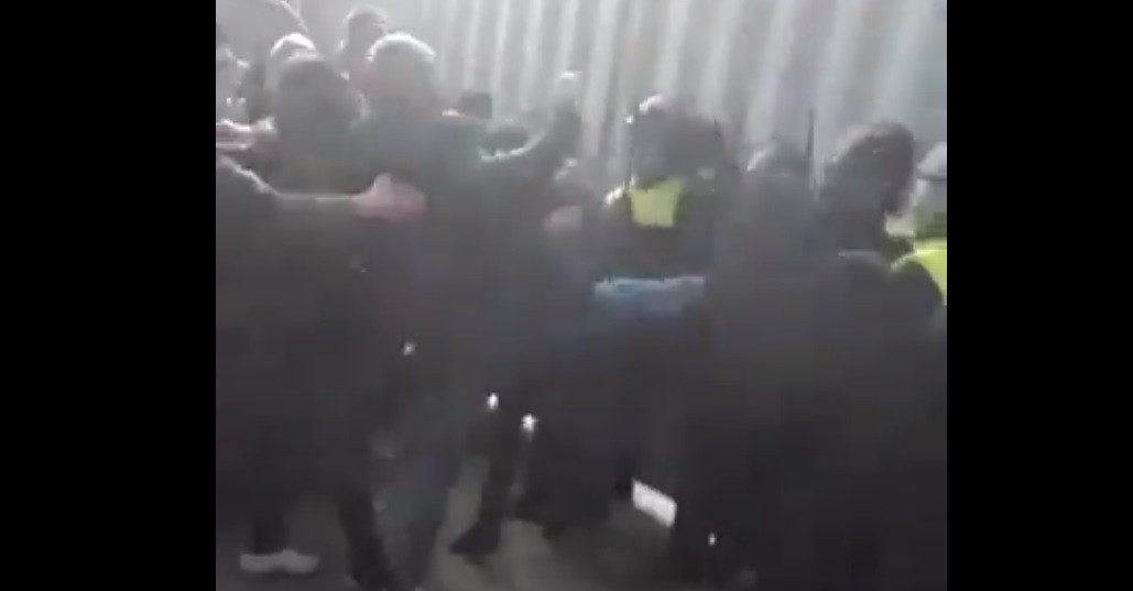 Rellende NAC-supporters vallen ME-agenten aan