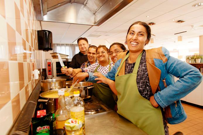 Samen met verstandelijk beperkte medewerkers bereidt kok Xander Dumerniet het diner in Het Karmijn.