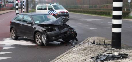 Automobilist valt in slaap en botst op een verkeerslicht in Nijmegen