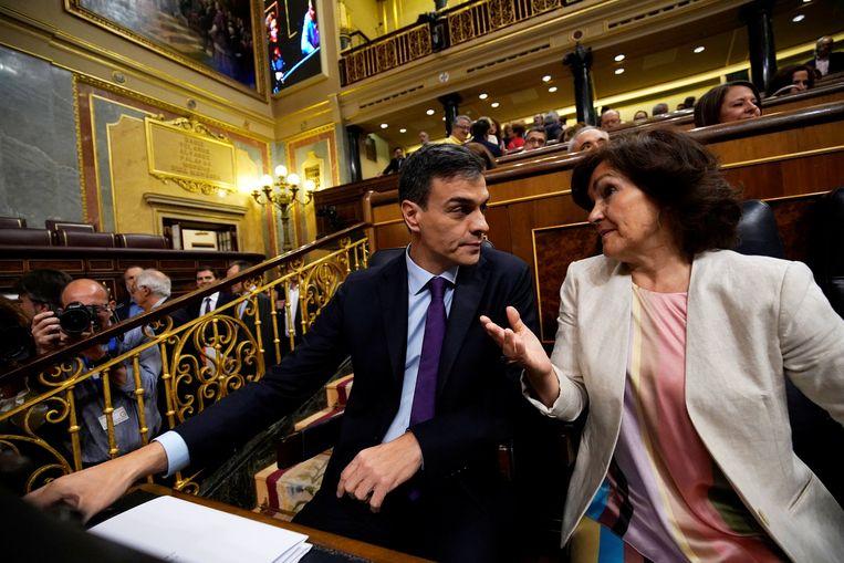 De Spaanse premier Pedro Sanchez en minister van Gelijkheid Carmen Calvo. Beeld null