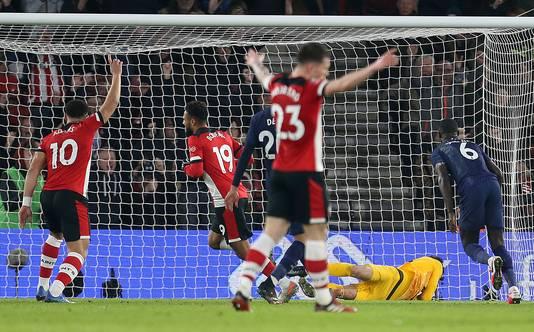 Boufal maakt de 1-1, Southampton viert feest.