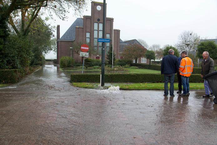 Waterleiding gesprongen aan de Hoofdstraat in Genderen.