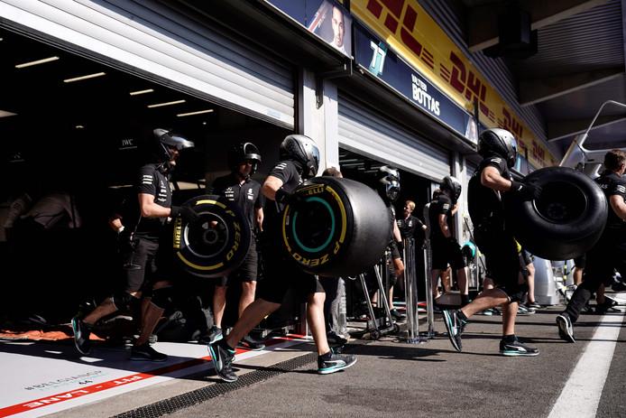 Mecaniciens van Mercedes op 30 augustus dit jaar sjouwend met Pirelli-banden.