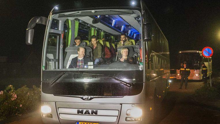 In het Drentse dorp Oranje arriveerden dinsdag twee bussen met vluchtelingen. Het zorgde voor nogal wat opschudding. Beeld anp