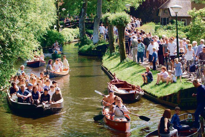 Een drukke zomerse dag in Giethoorn in het verleden. Dit beeld wil de burgemeester niet zien in coroanatijd en dus dreigt een vaarverbod met Pasen