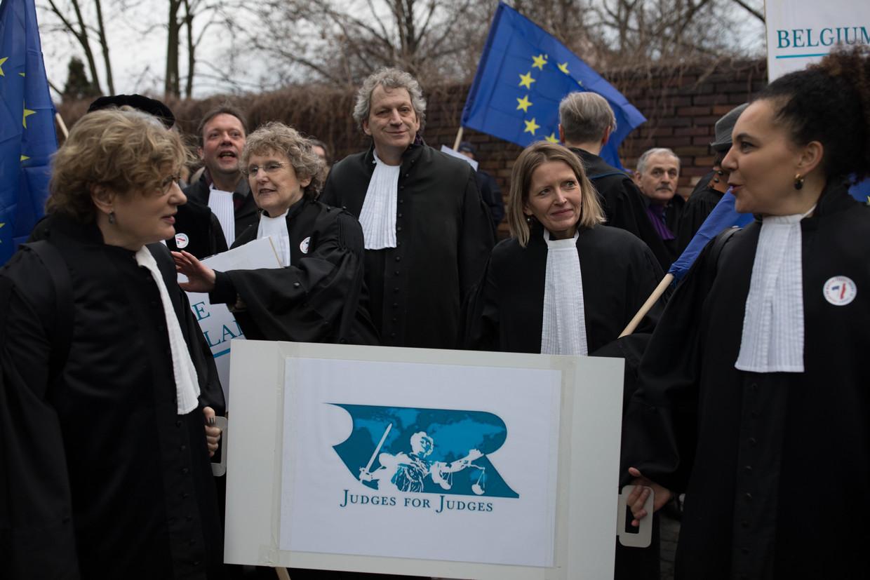 Nederlandse rechters lopen mee in een protestmars in Warschau om zich solidair te verklaren met hun Poolse collega's.  Beeld Piotr Malecki